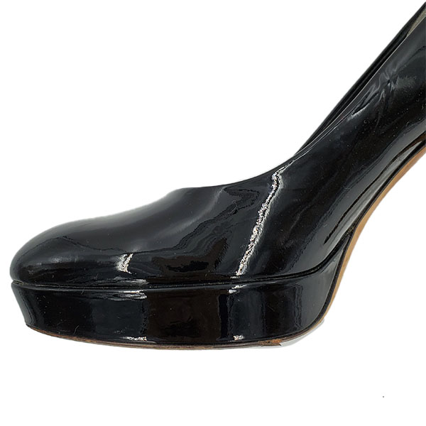 Front view close up of on sale pre-owned black Gucci Vintage Patent Leather Pumps, with front platform and skinny heels.