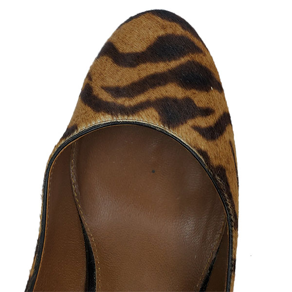 Top view of on sale pre-owned Sergio Rossi Leopard Print Pumps, with slightly round toe.