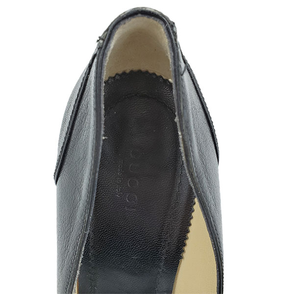 Logo of pre-owned Gucci Pointed Toe Leather Pumps.