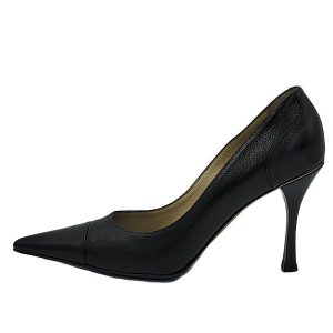 Pre-owned Gucci Pointed Toe Leather Pumps in black, with pointed toe and skinny heels.