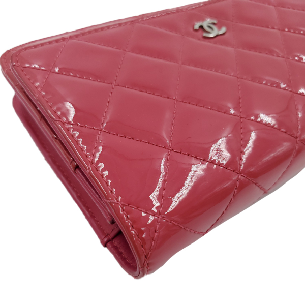 Close up details of pre-owned Chanel Pink Quilted Patent Flap Wallet on Chain.