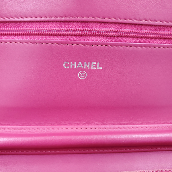 Logo of pre-owned Chanel Pink Quilted Patent Flap Wallet on Chain.